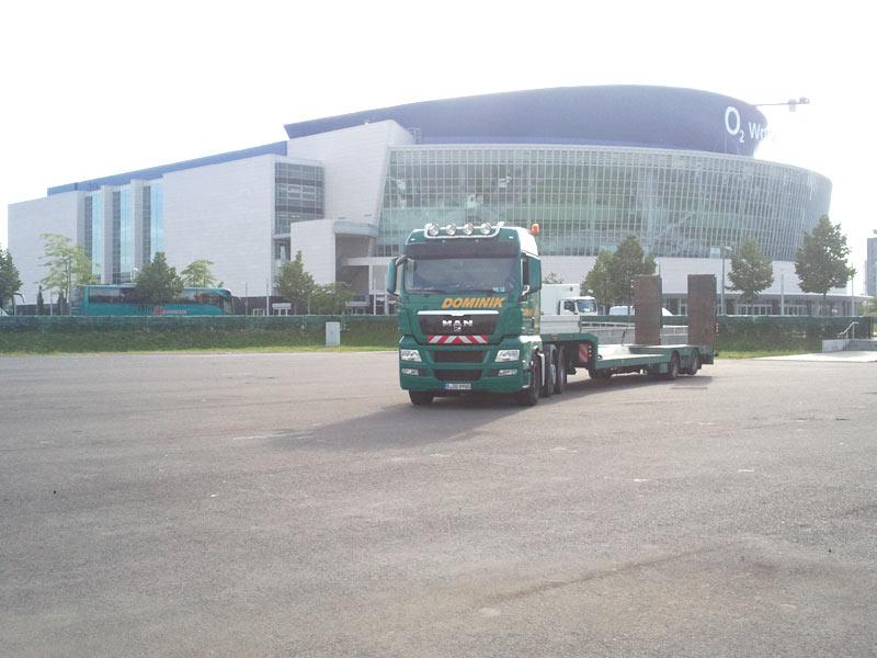 Fahrzeug Dominik Transporte steht vor o2 World in Berlin