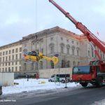 ADAC Rettungshubschrauber wird zum Transport angehoben