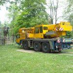 Transportwagen steht vor Reiterstatue im Park