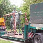 Reiterstatue steht auf Tieflader zum Transport