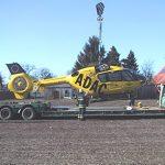 ADAC Hubschrauber wird zum Transport abgesenkt