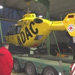 ADAC Rettungshubschrauber wird auf Tieflader gesetzt